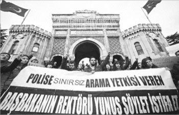 TÜM FAKÜLTELERDE POLİSE ARAMA YETKİSİ VERİLMESİ İÜ'LÜ ÖĞRENCİLERİN TEPKİSİNİ ÇEKTİ
