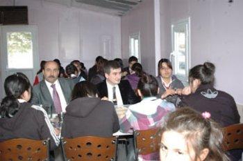 ARGUVANDA TAŞIMALI EĞİTİMLE GELEN 90 ÖĞRENCİYE SOSYAL YARDIMLAŞMA VAKFINDAN YEMEK VERİLİYOR