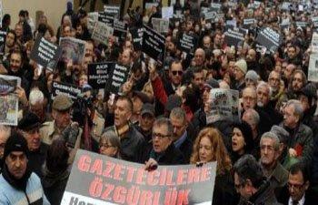 """GAZETECİLER 'ÖZGÜRLÜK"""" İÇİN YÜRÜDÜ"""